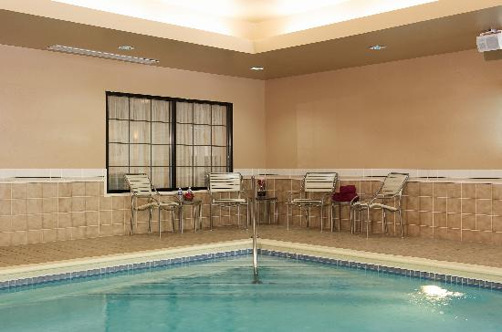 Courtyard by Marriott Louisville Airport: Enjoy our heated indoor pool features lounge chairs and tables as well as towels for your conven