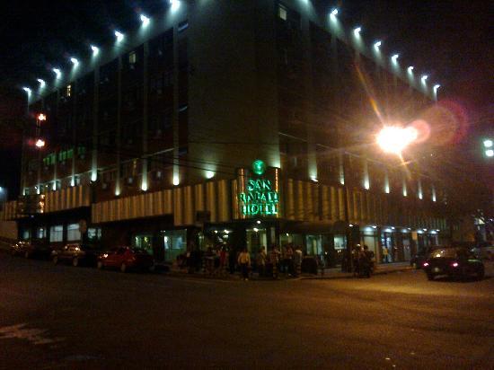 San Rafael Hotel: Frente del hotel, por la noche.2011.
