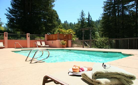 Applewood Inn: Pool and Hot Tub at Applewood