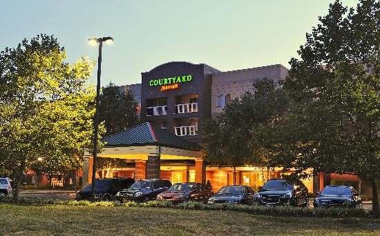 Courtyard by Marriott Edison/Woodbridge: The Courtyard Edison Woodbridge, is conveniently located minutes from area businesses and attrac