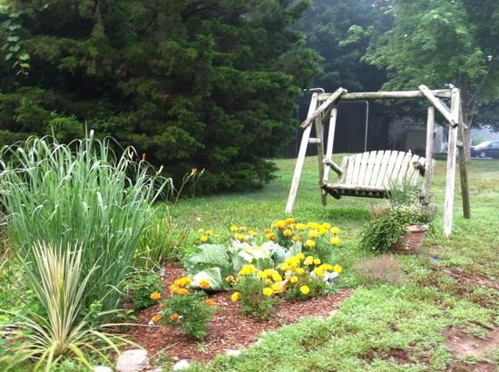 Country Acres Motel: charming swing on the grounds