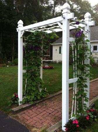 Country Acres Motel: trellis in front of the office