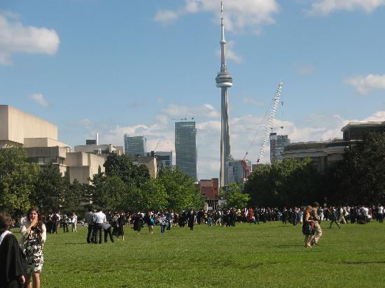 โตรอนโต, แคนาดา: University of Toronto Campus - graduates roam front campus