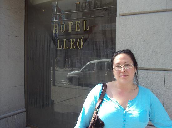 โรงแรมเลโอ: outside the hotel