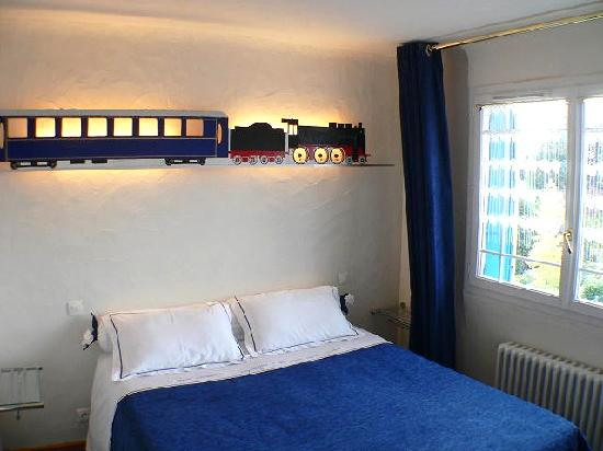 B and B - Paris - Les Coteaux: Lit parents Train bleu - Blue train parent's side