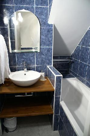B and B - Paris - Les Coteaux: salle de bain Train bleu - Blue train bathroom