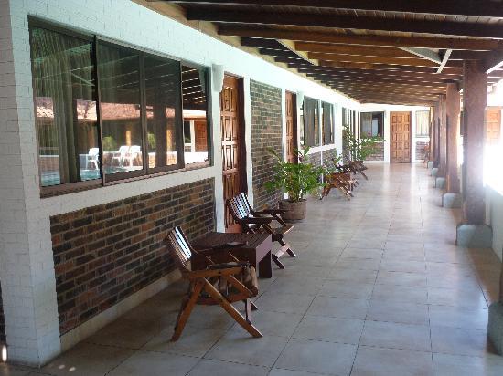 Hotel El Bramadero: Pasillos frente a piscina