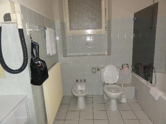 Hotel et Restaurant Le Bourgogne: Salle de bain 1
