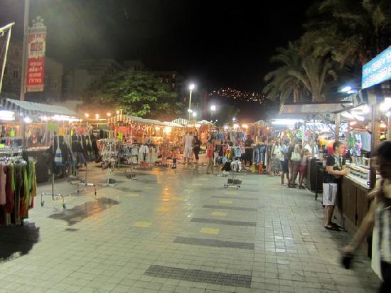 طبريا, إسرائيل: View of the main walkway towards the boardwalk