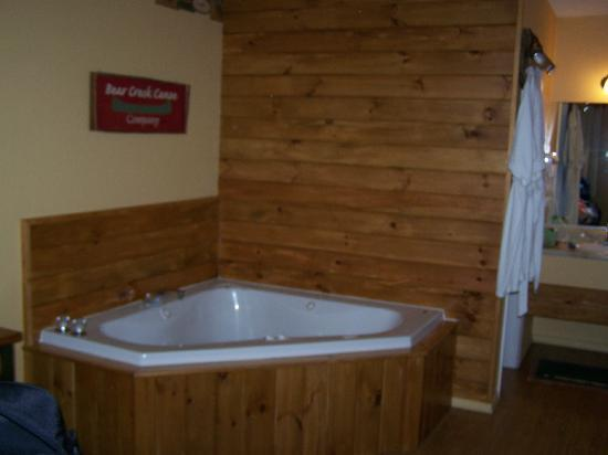 Lookout Lodge: The whirlpool tub