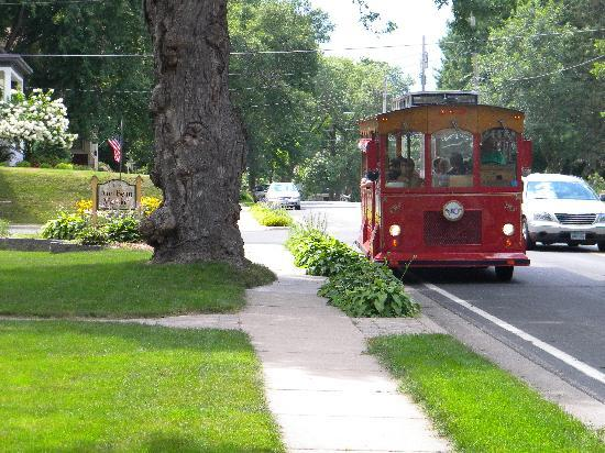 Ann Bean Mansion B&B: Stillwater Trolley Tours stops at the Anne Bean on tour