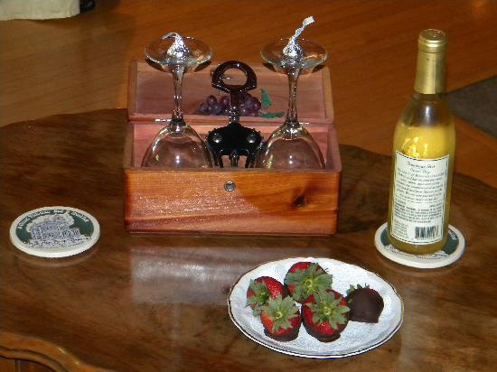 Ann Bean Mansion B&B: Welcoming treats and local white wine