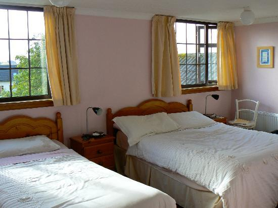Karaun House : Our lovely room (excuse the disarray; this was the morning after we stayed)
