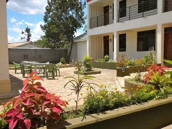 Kanberra Hotel: Garden setting