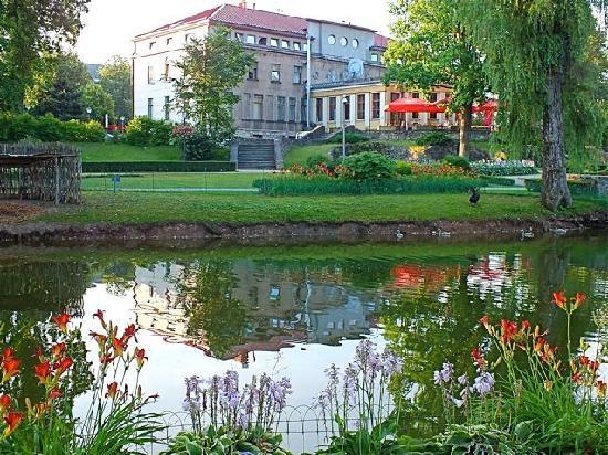 Kolonna Hotel Cesis: Vue de l'hôtel côté jardin public