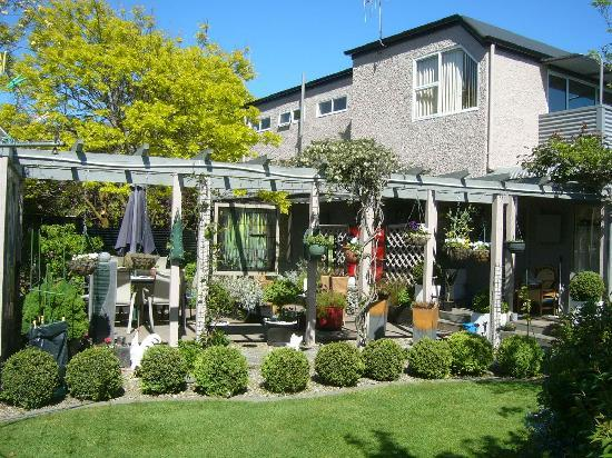 Collinson's Cottage : Collinsons Garden setting