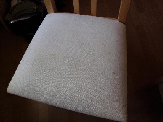 Hotel Edelweiss: hmmmm lecker, ein Stuhl, aber versaut