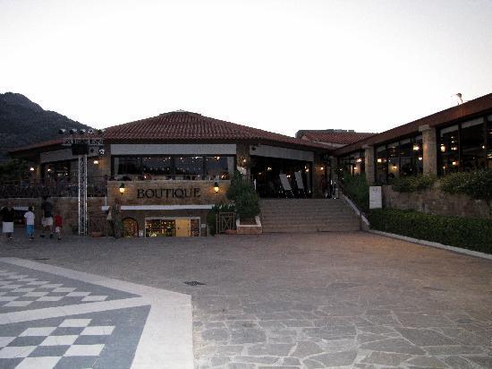 Golden Coast Hotel & Bungalows: Restaurant et boutique