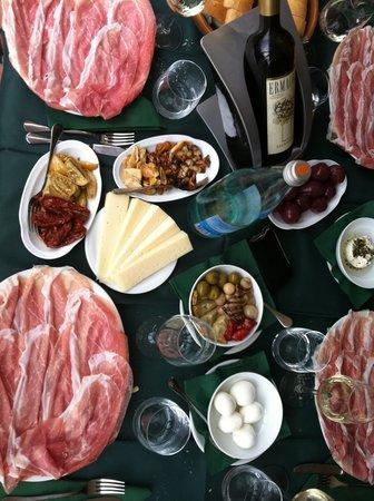 San Daniele del Friuli, Italia: la bela tavolata all'osteria