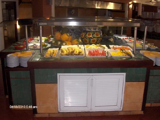 Royal Decameron Beach Resort, Golf & Casino : Food line buffet style