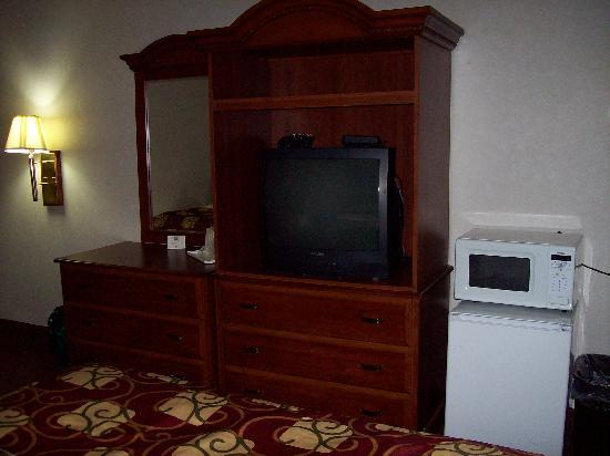 Clarion Inn: Dresser, Microwave, Fridge