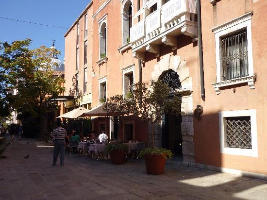 Ca' Pisani Hotel: Die Häuserfront.