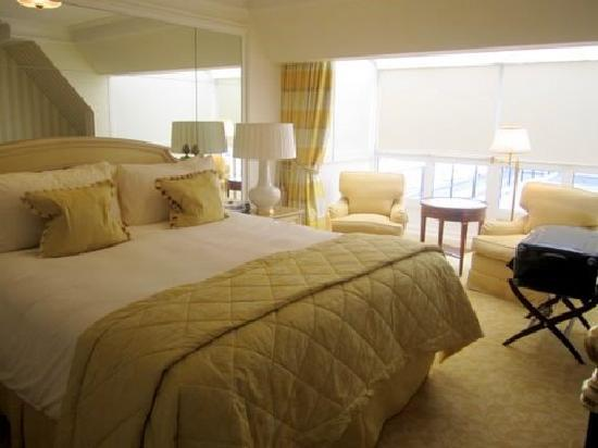 Four Seasons Hotel George V Paris: Upstairs bedroom