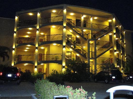 Clarion Suites Roatan at Pineapple Villas: Vista de noche condominios