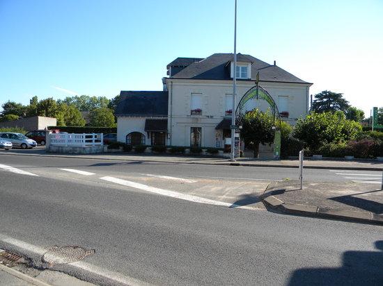 Noyers-sur-Cher, Frankrig: façade de l'hôtel/restaurant avec vue sur parking