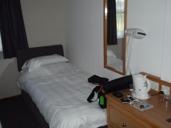 Premier Inn Chester Central North Hotel : The single bed