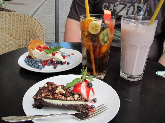 Sweetday Cafe: Cakes, ice tea and shake.