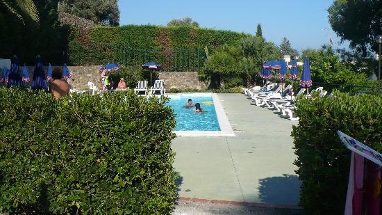 Residence La Carruba: scorcio della piscina