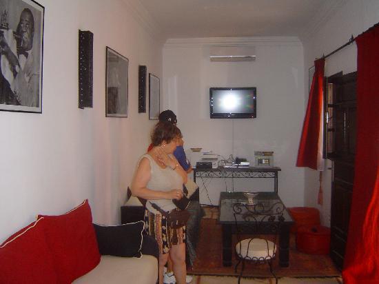 Riad Hcekarram : le salon fermer avec televiseur