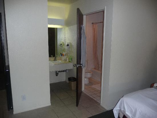 Jolly Roger Hotel: coin salle de bain avec baignoire et wc indépendant du coin lavabo