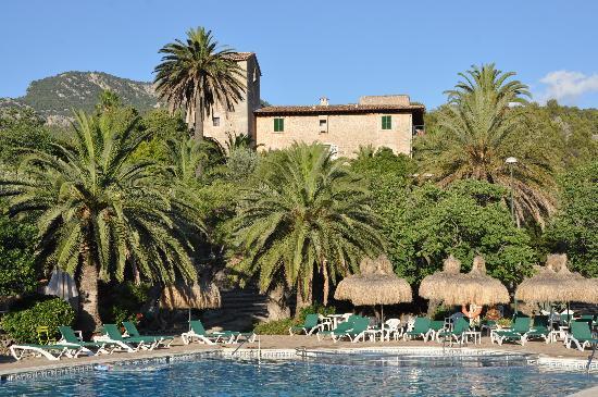 Es Port Hotel: Blick vom Pool aufs Haupthaus