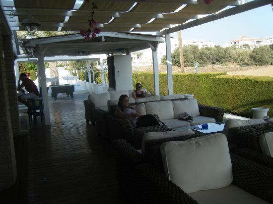 Tasmaria Hotel Apts.: The outdoor seating area