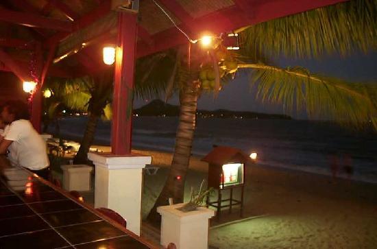 Pavilion Samui Villas & Resort : bar and beach