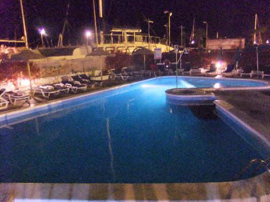 Puerto Colon Club : The pool at night