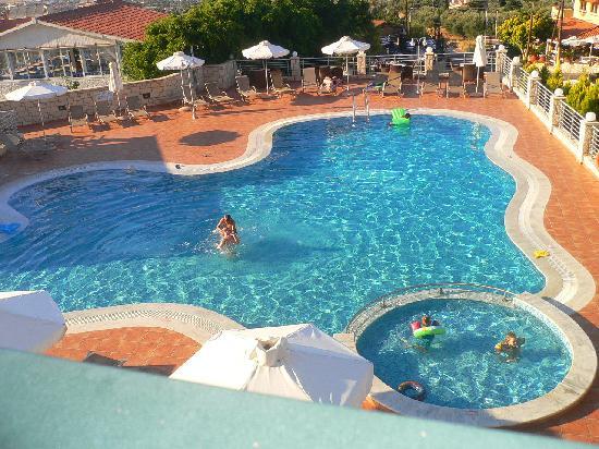Pilot's Villas Luxury Suites : Pool area