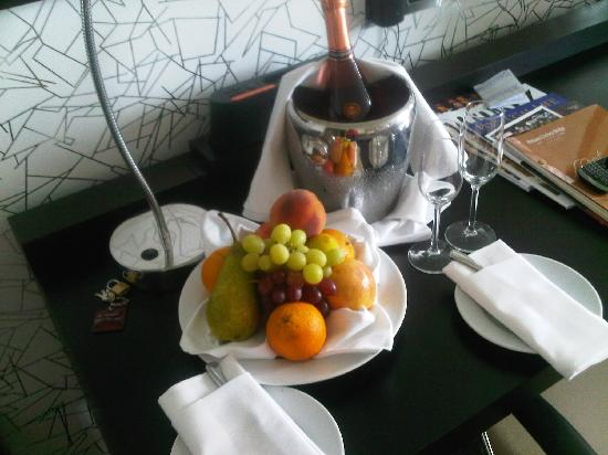 Pestana Chelsea Bridge: Special treat arranged by my Boyfriend with the help of hotel staff