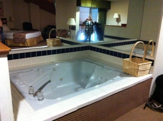 Baymont Inn & Suites Yreka: jacuzzi room#201