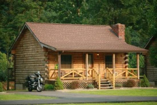 Smoke Hole Caverns & Log Cabin Resort: Honeymoon Cabin