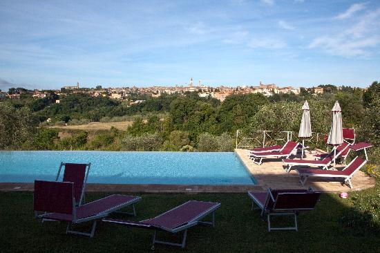 Podere La Strega: zwembad met uitzicht op Siena