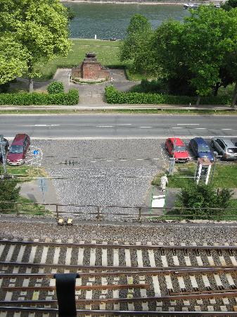 Hotel Kranenturm: View from room 16 straight down to the train tracks