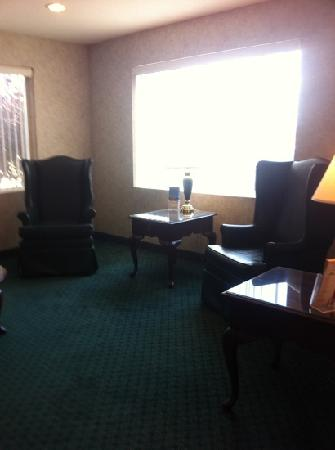 Super 8 Canandaigua: seating area in lobby