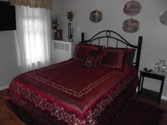 Niagara's Emerald Falls Bed & Breakfast: Ruby Room
