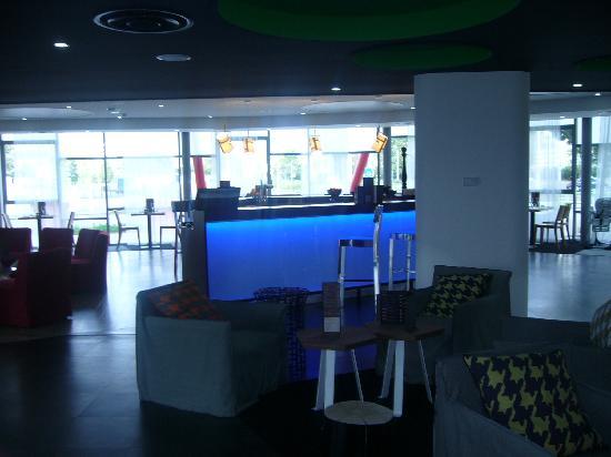 Ibis Styles Nantes Reze Aeroport: bar avec salon
