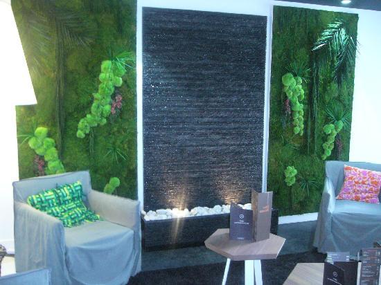 Ibis Styles Nantes Reze Aeroport: mur d'eau avec salon