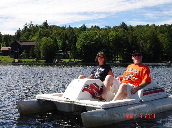 Big Moose Inn: enjoying the paddle boat
