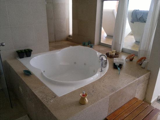 La zona bagno, doccia, jacuzzi - Foto di DCO Suites, Lounge & Spa ...